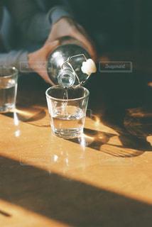 水をつぐ人の写真・画像素材[3218278]