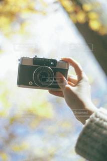 カメラを持つ手の写真・画像素材[3218300]
