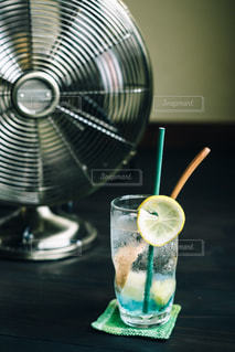 サイダーと扇風機の写真・画像素材[3218995]