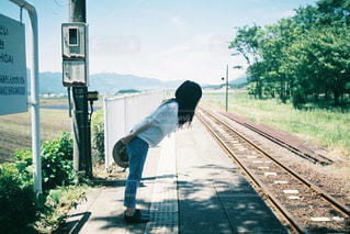 電車を待つ人の写真・画像素材[3218998]