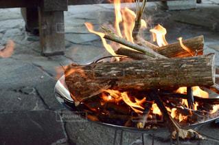 火を眺めるの写真・画像素材[2082403]