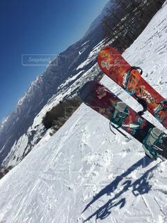 晴天の景色を見ながら滑るスノーボードの写真・画像素材[1917525]