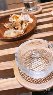 木製のテーブルの上に座ってコーヒー カップの写真・画像素材[1921650]