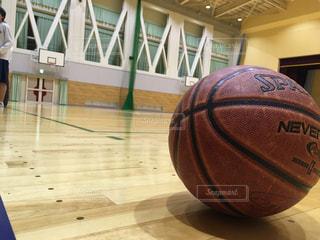 木製のテーブル バスケット ボールの写真・画像素材[1920392]