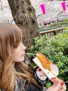 ホットドッグを食べる女性の写真・画像素材[1921248]