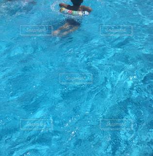 水のプールで泳いでいるの写真・画像素材[1934387]