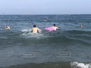 海で泳ぐ人々 のグループの写真・画像素材[1923099]