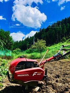 土の畑の脇に駐車した赤い耕運機!の写真・画像素材[2316480]