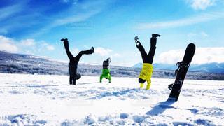 青い空と白い雪の中で倒立の写真・画像素材[1923551]