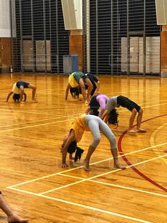 体操教室でブリッジ競走の写真・画像素材[1930103]