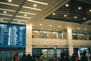 空港で荷物を待っている人々 のグループの写真・画像素材[1937043]