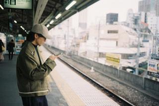 電車の駅で待っている人の写真・画像素材[1941686]