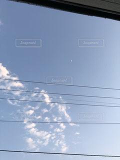 天井からぶら下がっている信号灯の写真・画像素材[2111784]