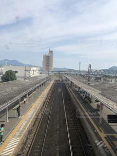 鋼鉄道に乗った大きな長い列車の写真・画像素材[2273458]
