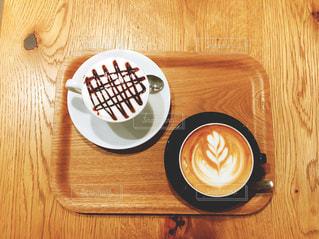 木製のテーブルの上に座ってコーヒー カップの写真・画像素材[1933142]