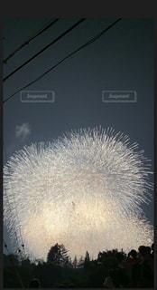 夜空を明るくする花火の写真・画像素材[2347455]