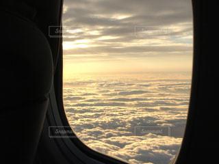 飛行機の窓から見える朝の雲の写真・画像素材[1932654]