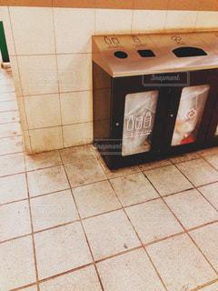 ホームのごみ箱の写真・画像素材[1994147]