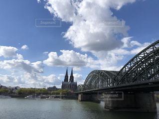 水の体の上を橋を渡る列車の写真・画像素材[1932970]