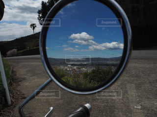 ミラーに映る空の写真・画像素材[2030308]