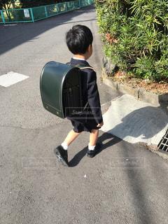 通りに立っている小さな男の子の写真・画像素材[1935948]