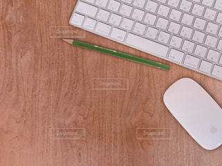 テーブルの上のキーボードとマウスの写真・画像素材[2052137]