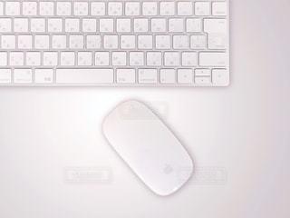 テーブルに置かれたキーボードとマウスの写真・画像素材[2069303]