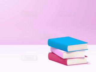 テーブルに置かれた3冊の本の写真・画像素材[2082494]