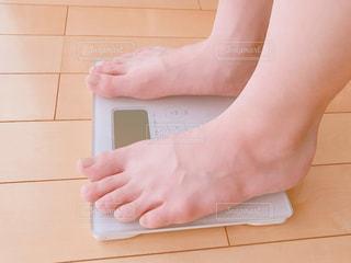 体重測定する人(ダイエット)の写真・画像素材[2277794]