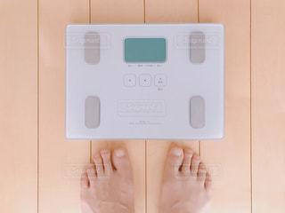 体重計に乗ろうとする人(ダイエット)の写真・画像素材[2277795]