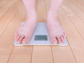 体重計測する人の写真・画像素材[2279787]