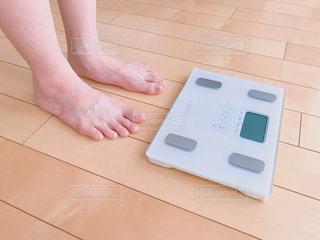 体重計に乗ろうとする人の写真・画像素材[2279788]