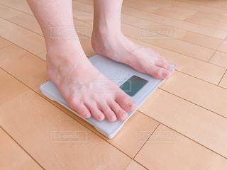 体重計測する人の写真・画像素材[2279789]