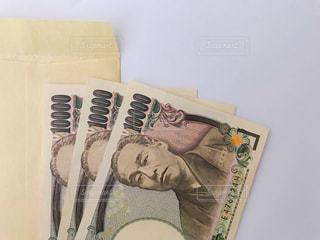 封筒と三万円の写真・画像素材[2373919]