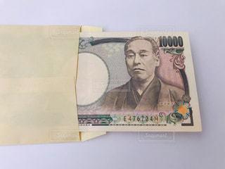 封筒に入った一万円札の写真・画像素材[2373952]