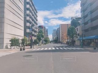 横断歩道のある風景の写真・画像素材[2640767]