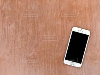 テーブルに置かれたスマートフォンの写真・画像素材[2708639]