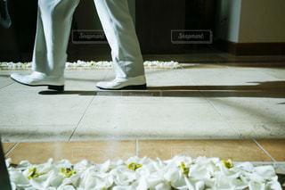 バージンロードを歩く新郎の写真・画像素材[1938325]