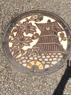 城下町にある出石のシンボルの時計台のマンホールの写真・画像素材[1940076]