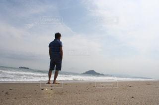 海に癒されてる男の写真・画像素材[2241181]