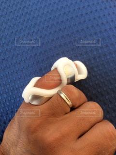 脱臼した小指の写真・画像素材[2242099]