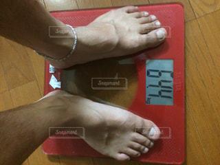 体重を計るオヤジの写真・画像素材[2257274]