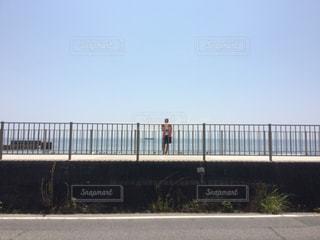 海を眺める男の写真・画像素材[2368494]