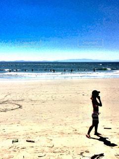 浜辺を歩くギャルの写真・画像素材[2444368]