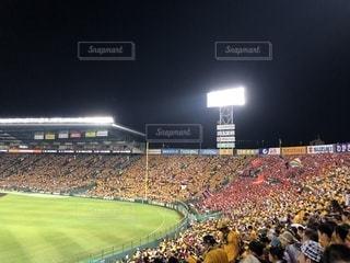 野球ファンでいっぱいの甲子園球場の写真・画像素材[1940231]