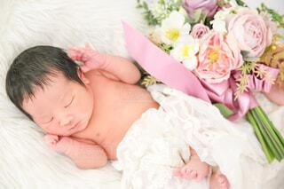花と赤ちゃんの写真・画像素材[4009244]