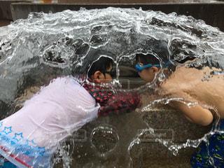 噴水の中でナイショ話の写真・画像素材[2407145]