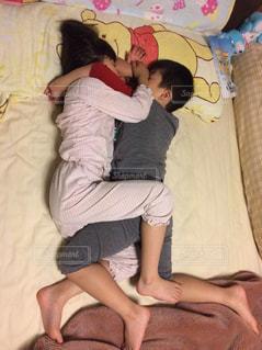 姉弟の寝姿の写真・画像素材[2421534]