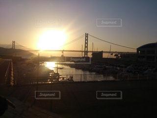 夕陽と明石海峡大橋の写真・画像素材[1946738]