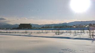 雪の河川敷の写真・画像素材[2816191]